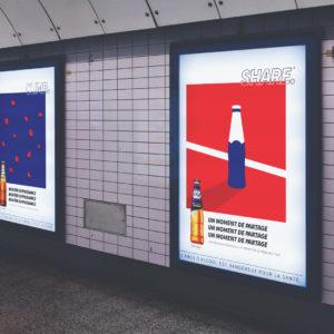 Les différents types d'affichage : image d'une campagne d'affichage réalisée par une agence de communication pour un message publicitaire. Communication d'entreprise affichage dans les transports.